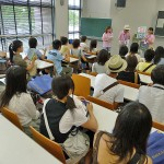 空調の効いた820教室で最後の説明をするツアーの「8号館コース」。