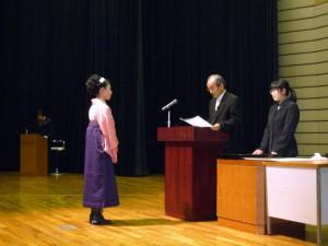 支援機構の個人表彰式で、賞状をお渡しになる湯川会長。横で助手をしてゐるのはまさこ、渡されるあいてはさおり。2008年3月21日。