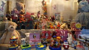 13年前とはお店の入れ変はりが激しいが、ご近所のおもちゃ屋さん「ノアの箱舟」は健在。