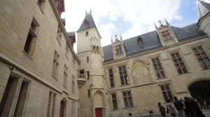 サン・ルイ島からマリー橋をわたったとこにある Hôtel des archevêques de Sens サンス大司教館、通称サンス館。15-16世紀初頭の建築で、かつては王妃マルゴも居住した。現在は図書館。