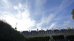 Place de Vosges  ヴォージュ広場は、アンリ4世が建設しはじめ、息子のルイ13世が完成させた17世紀の館に囲まれた広場。かつてユゴーやシムノンが住んだこともある。